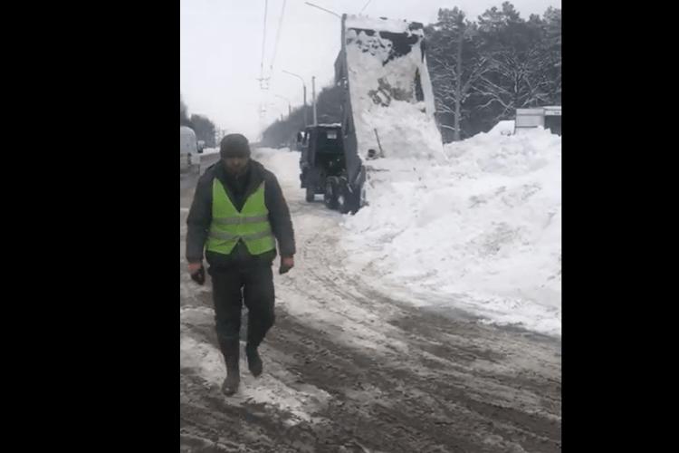 На волинській трасі спіймали підприємця, який вивозив сніг на узбіччя (Відео)