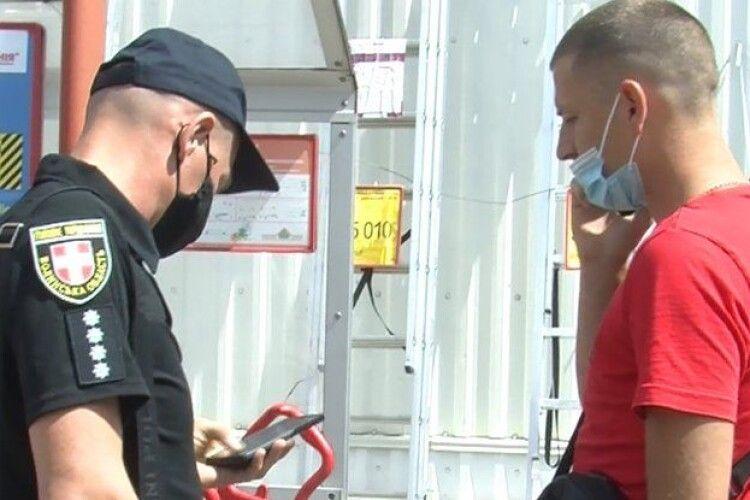 Неправильно носив маску: у луцькому гіпермаркеті на чоловіка склали адмінпротокол