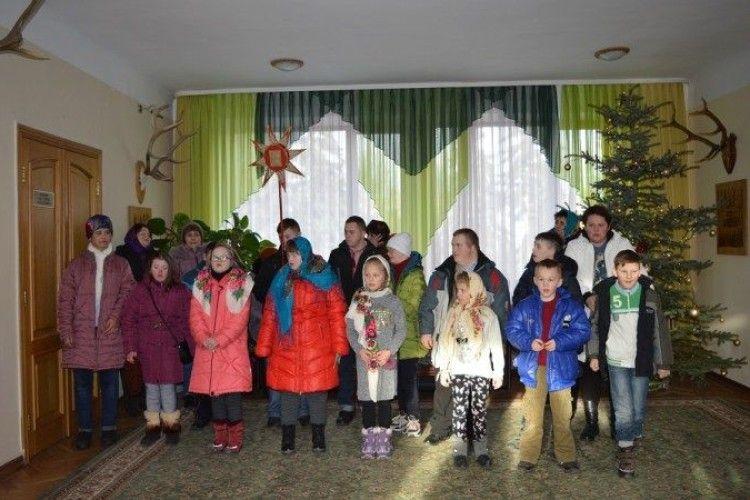 Волинським лісівникам колядували сонячні діти