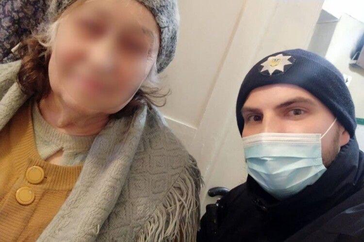 Патрульні допомогли 75-річній жінці повернути забуту в тролейбусі сумку (Фото)