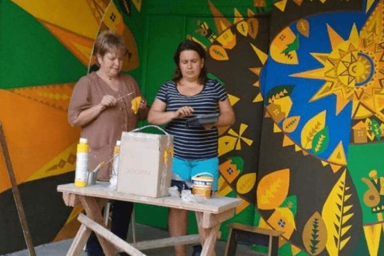 Нововолинці креативно розмалювали вхід у під'їзд свого будинку