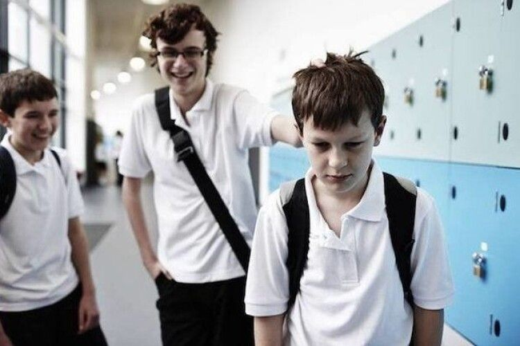 Тормозив головою: над 9-річним школярем знущався старшокласник