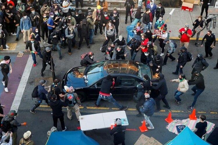 В США автомобіль в'їхав у натовп протестувальників (Фото)