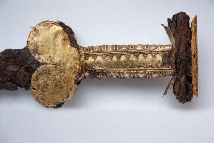 Як реставрували золотий скіфський меч