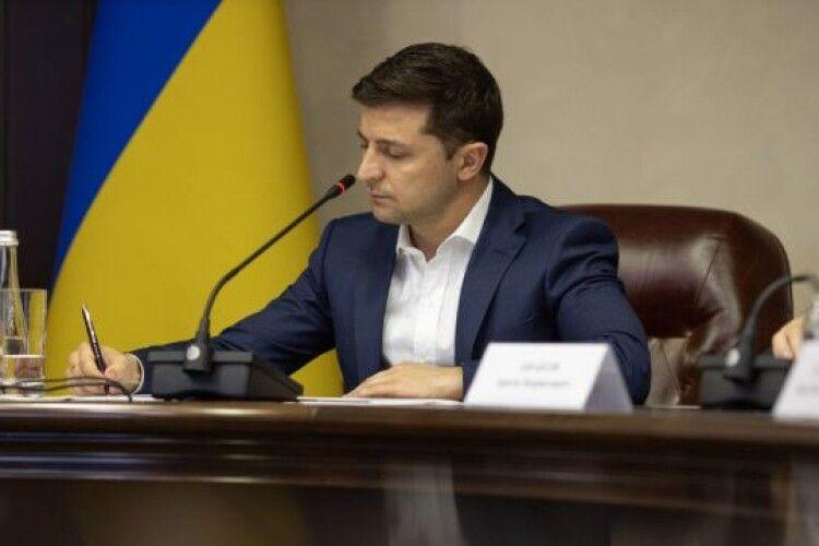 Зеленський підписав закон про підвищення оплати праці немедичних фахівців
