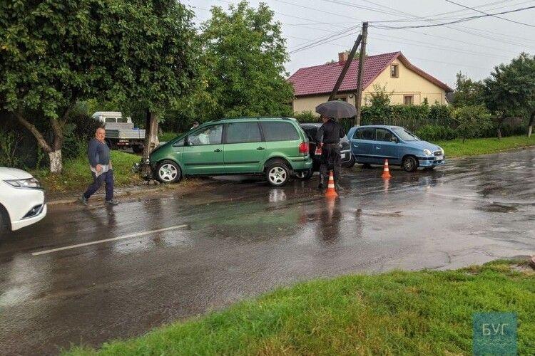 У Нововолинську від зіткнення двох авто «Фольксваген» врізався в стовпа (Фото)