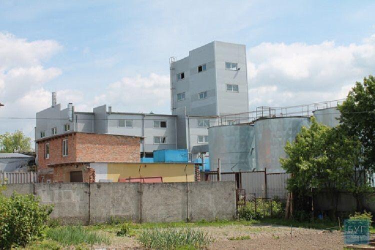 У Нововолинську з труби заводу виривався вогонь: городяни скаржаться на сморід і жир у повітрі (Відео)