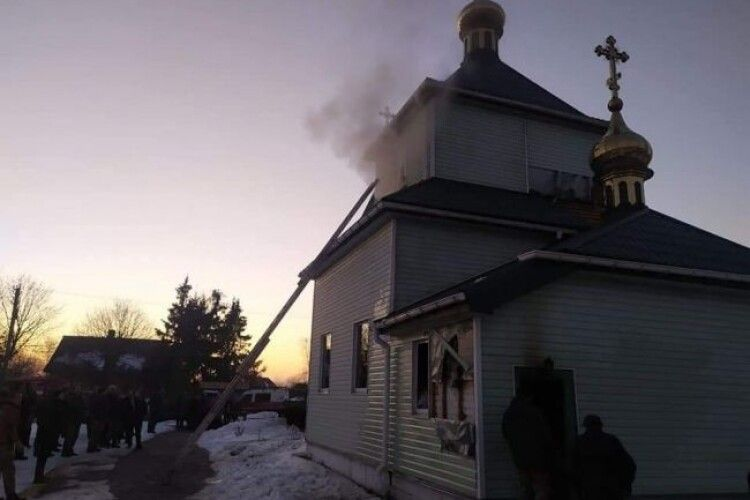 На Рівненщині загорілася церква (Фото)
