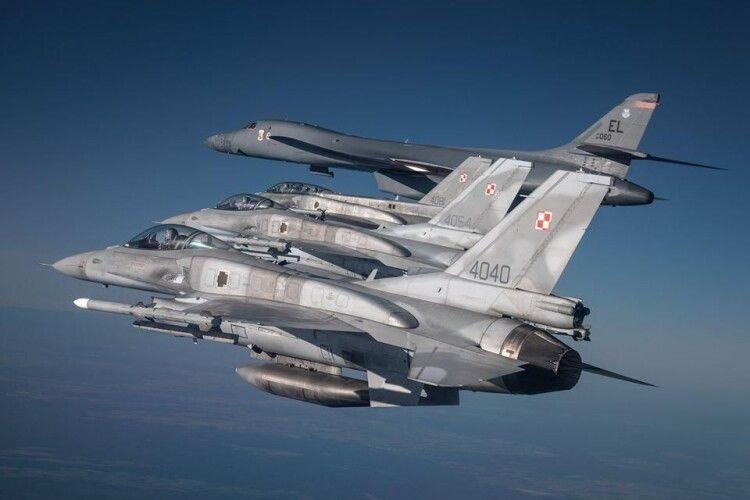Бомбардувальники США літали над Україною в супроводі українських винищувачів