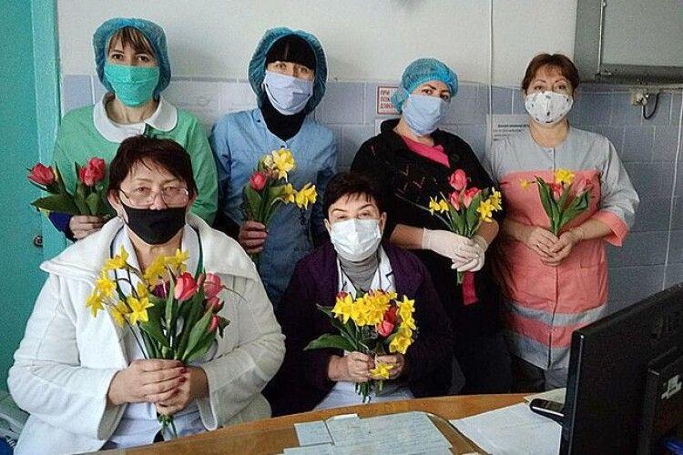 Тюльпани для медиків: зворушливо від Луцька до Херсона