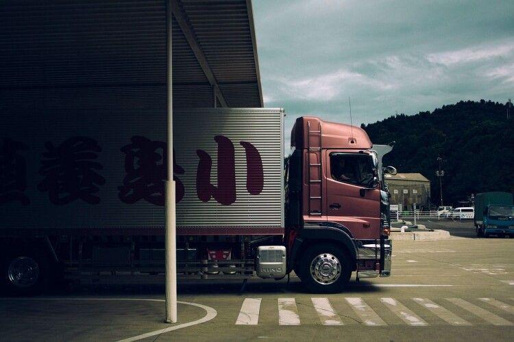Відволікся: водій вантажівки спричинив ДТП за участі чотирьох автівок