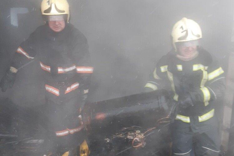 Волинські рятувальники запобігли вибуху газового балону – винесли його з вогню (Фото)