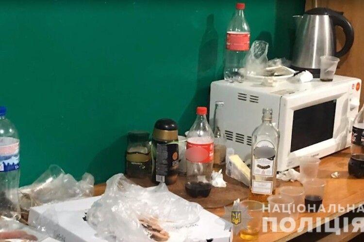 Викрили поліцейських, які у підвальному приміщенні суду організовували дозвілля підсудним (Фото, відео)