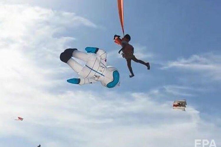 Величезний повітряний змій відніс в повітря трирічну дівчинку (Відео)