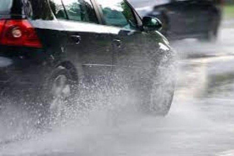 Рівненську трасу затопило після зливи (Відео)