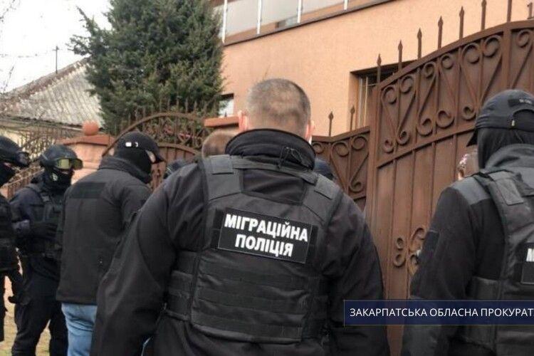 На Ужгородщині судитимуть депутата, у будинку якого незаконно утримували та били палицями іноземних емігрантів