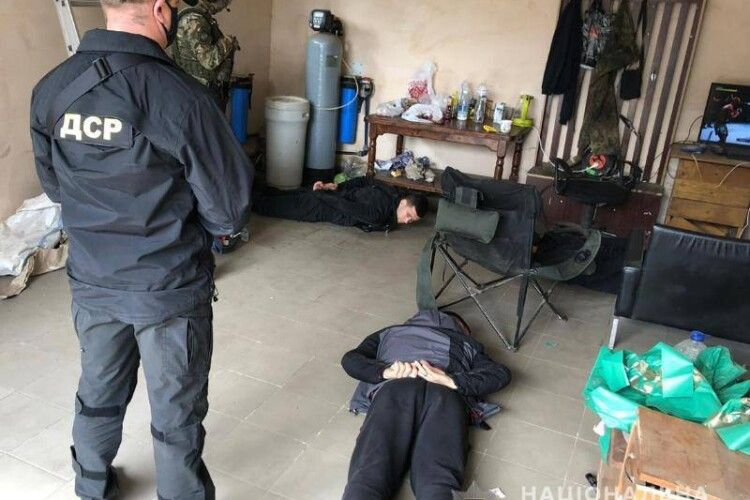 Поліцейські Рівненської області затримали чотирьох осіб за бурштиновий бізнес (Фото)