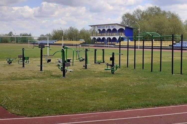 На любешівському стадіоні встановили спортивно-тренажерний майданчик