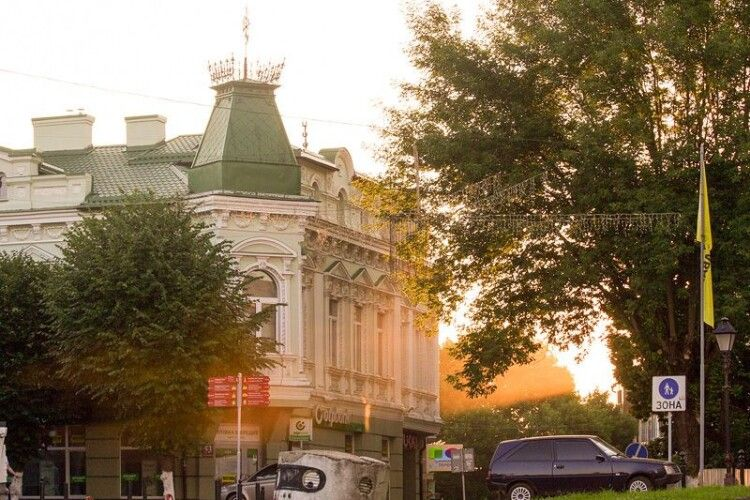 Чому найгарніший будинок в центрі Луцька будували зі скандалом (Фото)