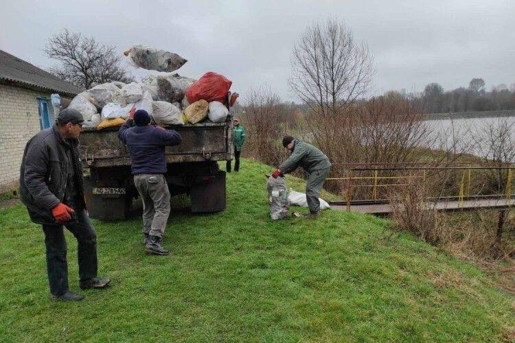 Волинські рибоохоронці прибрали біля трьох озер (Фото)