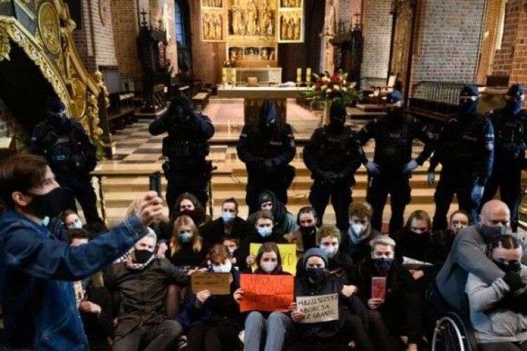 У Польщі різко зросло негативне ставлення до церкви