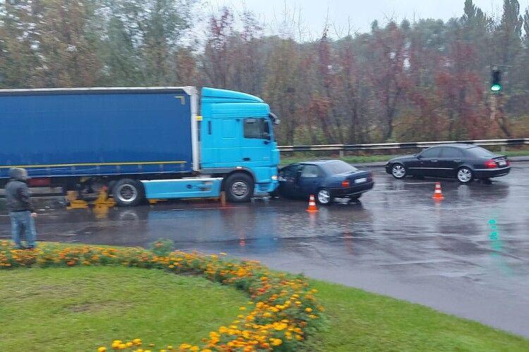 У Луцьку шукають свідків аварії за участі фури та легковика (Фото)
