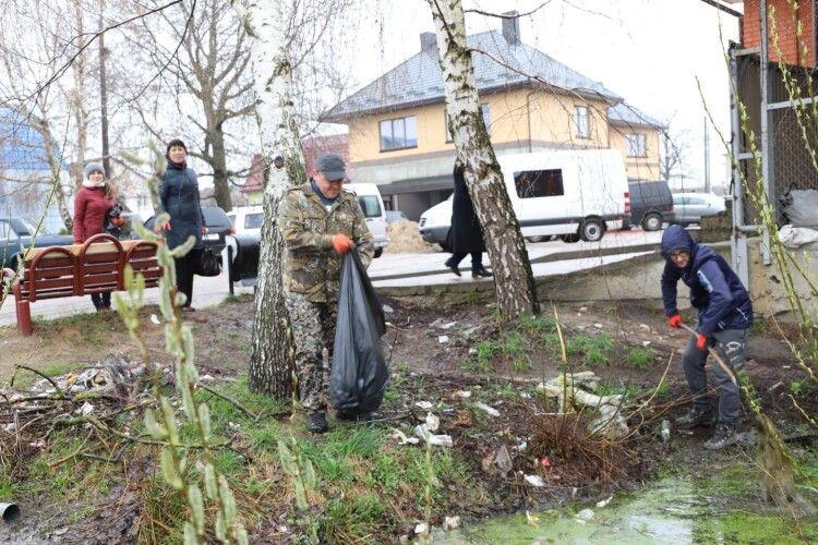 На Камінь-Каширщині попри похолодання люди вийшли на вулиці задля спільної справи (Фото)