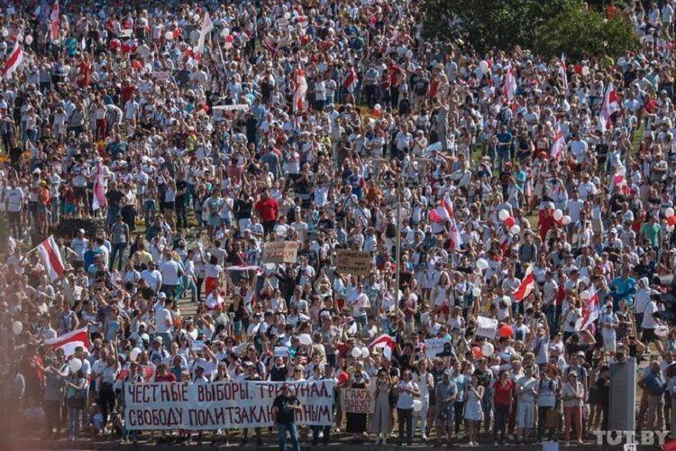 Сотні тисяч людей вийшли на вулиці білоруських міст, щоб сказати Лукашенкові: «Йди геть!» (Фото, відео)