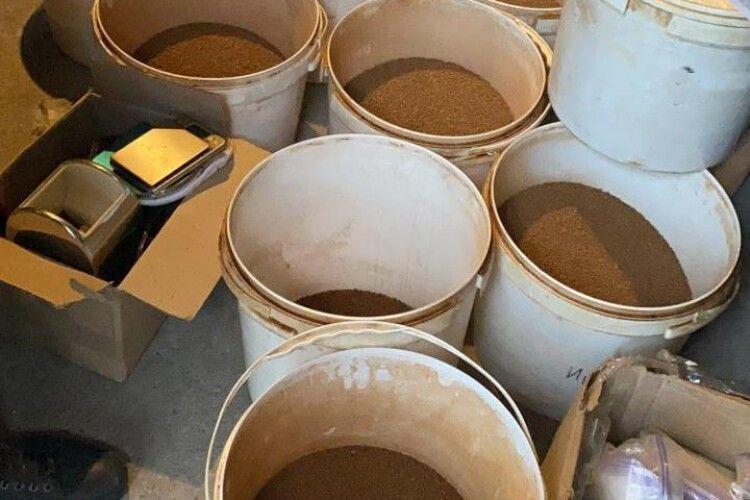 Спритник у гаражі «бадяжив» каву, яку продавав під логотипами відомих торговельних марок (Фото, відео)