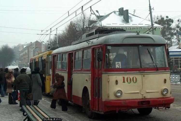 Рівнянин купив 200 квитків на тролейбус і дарував їх пасажирам (відео)