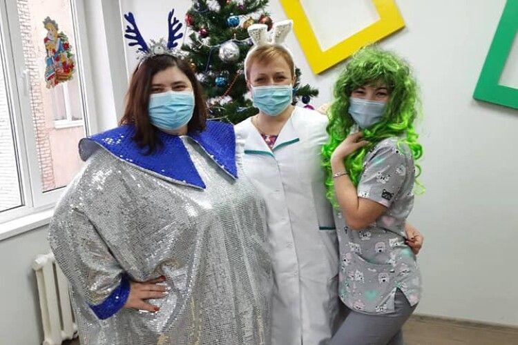 Ковельські медики вбралися в новорічні прикраси задля пацієнтів (Фото)
