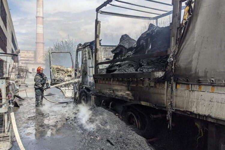 На самий Великдень на Рівненщині загорілася автівка з деревним вугіллям (Фото)