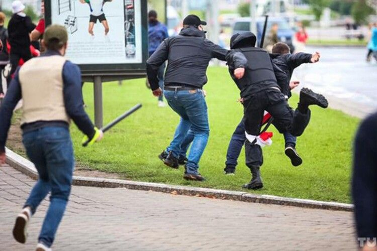 Мінськ: розпочалися масові затримання, невідомі кийками б'ють людей (Відео)