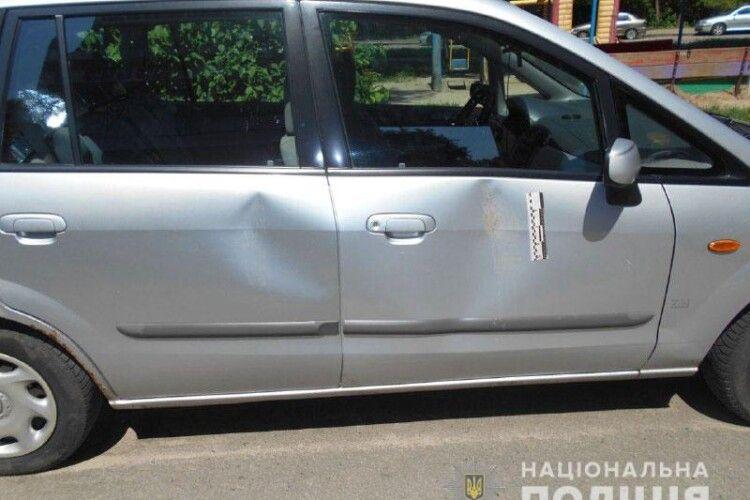 У Рівному двійко парубків потрощили дев'ять автівок, припаркованих у дворі багатоповерхівки (Фото)
