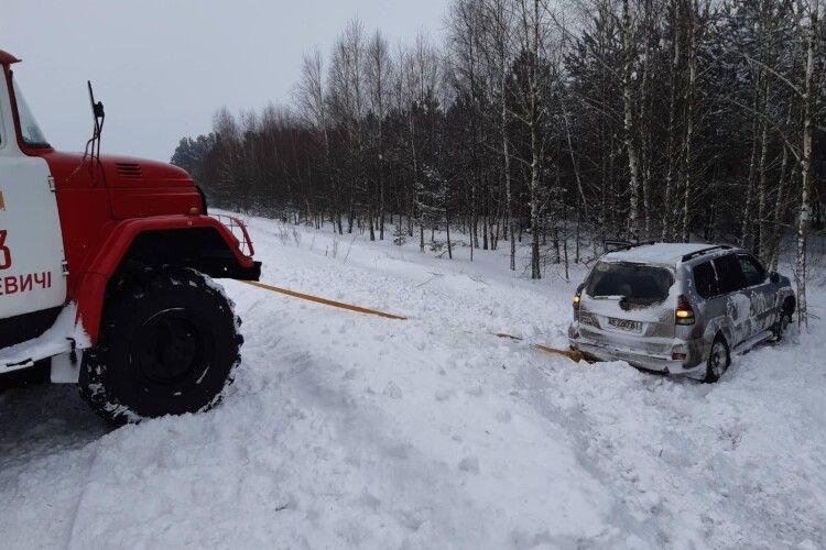 На Волині рятувальники витягли з кювету автомобіль, в якому були мама з трьома дітьми (Відео)