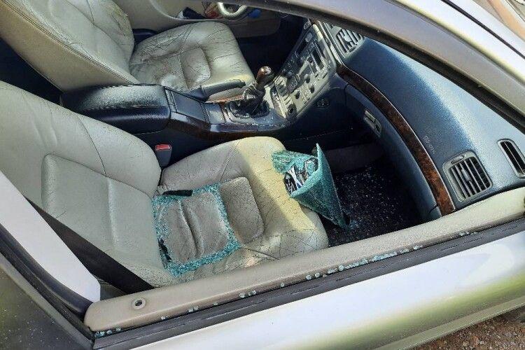 У місті на Волині обікрали автомобіль. Шукають свідків