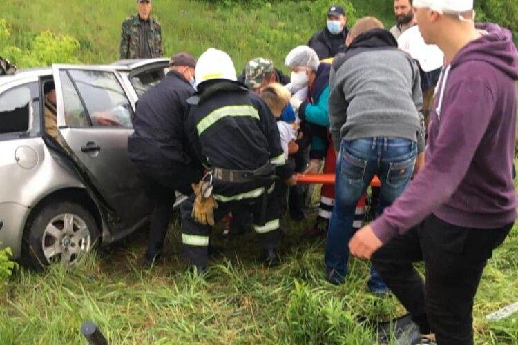 На Рівненщині трапилася моторошна ДТП: жінку з потрощеного авто витягнули рятувальники (Фото)