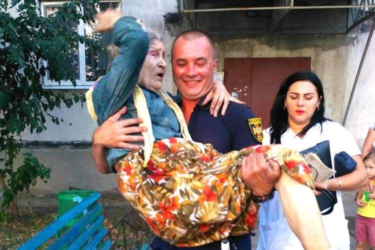 У Горішніх Плавнях боєць ДСНС на руках виніс літню жінку з палаючої квартири