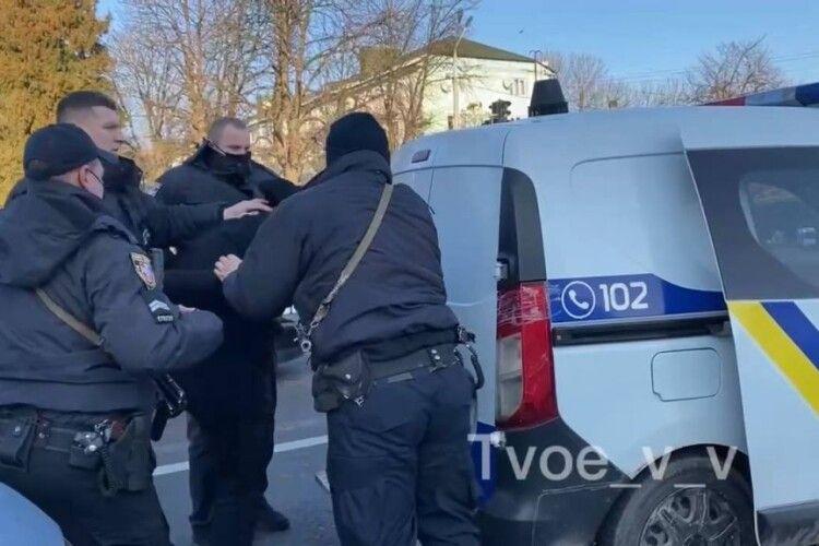 У Володимирі зупинили водія з ознаками сп'яніння, той чинив опір (Відео)
