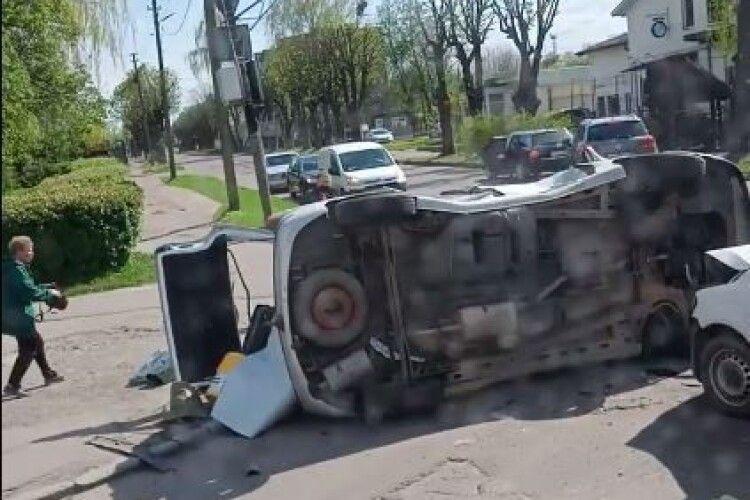 У Луцьку від удару перекинувся автомобіль (Фото)