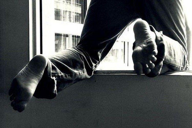 Патрульні встигли вхопити за ногу хлопця, який вистрибнув з десятого поверху