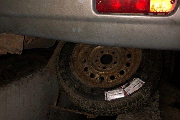 Запакував у запасне колесо: луцькі прикордонники затримали цигаркового контрабандиста