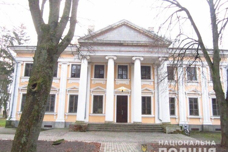 На Рівненщині обікрали музей: винесли бивень мамонта, дві козацькі шаблі та Євангеліє (Фото)