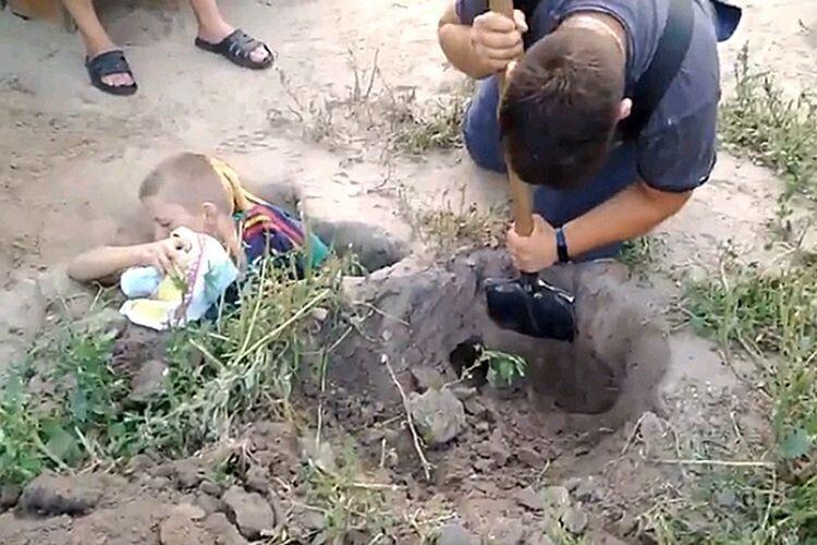 12-річний хлопчик застряг  у собачій норі