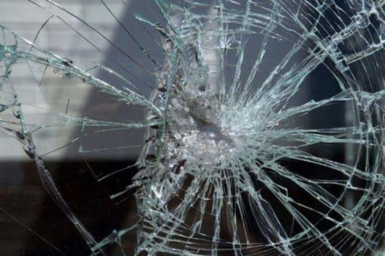 Пасажири порозбігалися: у Луцьку дебошир бив вікна у тролейбусі (Фото)