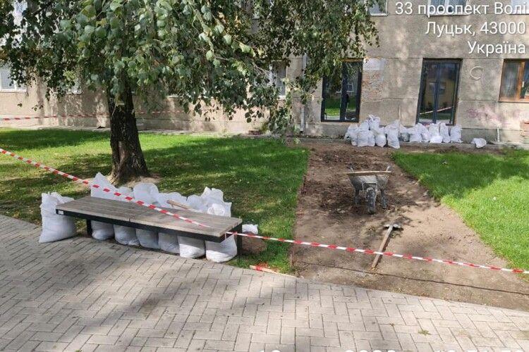Оштрафували лучанина, який почав руйнувати газон в новому сквері (Фото)