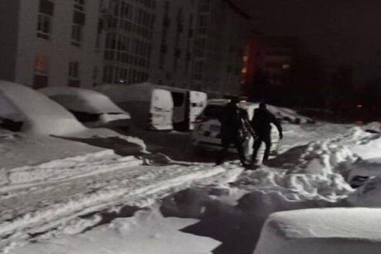 На дитячому майданчику Рівного ледь не замерзла 30-річна жінка (Фото)