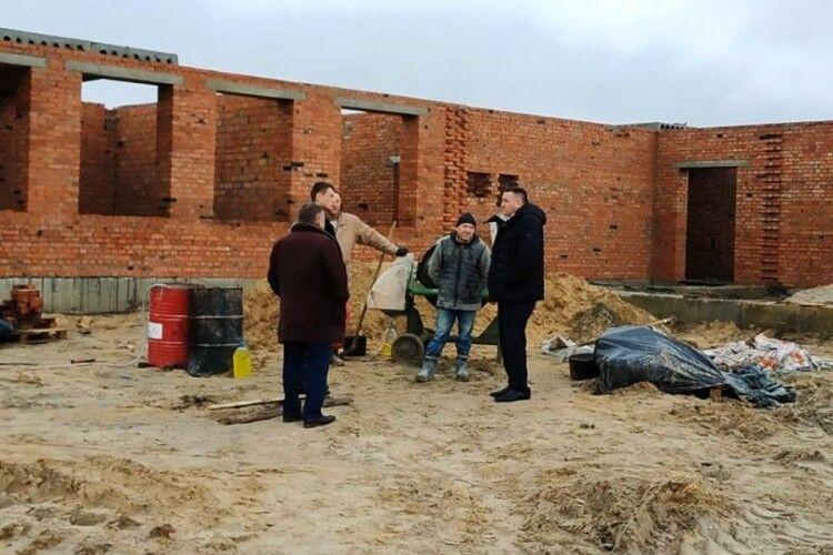 У якому стані  будівництво школи в селі Стобихівка на Камінь-Каширщині?