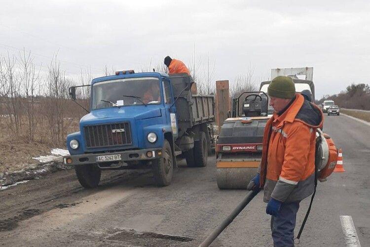 На волинських трасах почали латати ями після зими: водіїв просять бути уважними (Фото)