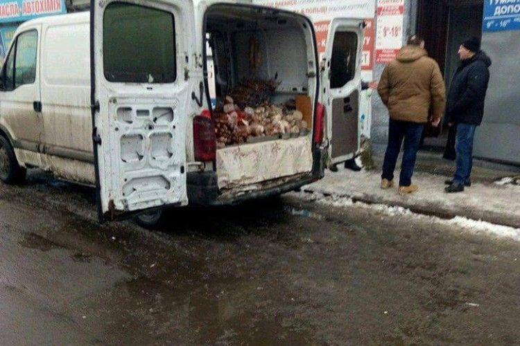 У Луцьку продавці м'яса влаштували брудний магазин на колесах